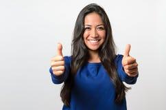 Ενθουσιώδες παρακινημένο δόσιμο γυναικών αντίχειρες επάνω Στοκ Εικόνα