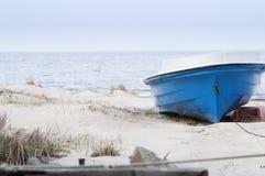 Ενιαία βάρκα στην παραλία στοκ φωτογραφίες