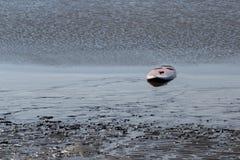 Ενιαία ιστιοσανίδα σε μια παραλία στοκ φωτογραφία με δικαίωμα ελεύθερης χρήσης
