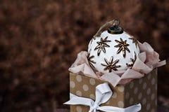 Ενιαία παλαιά άσπρη συνεδρίαση διακοσμήσεων Χριστουγέννων στο παρόν Β Στοκ Φωτογραφίες
