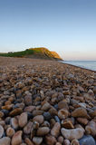 Ενιαία παραλία σε Seatown, Dorset, UK στο σούρουπο Στοκ φωτογραφία με δικαίωμα ελεύθερης χρήσης