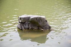 Ενιαία παραμονή βράχου στο υπόβαθρο λιμνών στοκ εικόνες με δικαίωμα ελεύθερης χρήσης