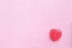 Ενιαία ρόδινη καραμέλα μορφής καρδιών ημέρας βαλεντίνων ` s στην κενή κρητιδογραφία pi στοκ φωτογραφία