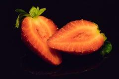 Ενιαία τεμαχισμένη φράουλα στο Μαύρο Στοκ Φωτογραφίες