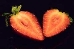 Ενιαία τεμαχισμένη φράουλα στο Μαύρο Στοκ φωτογραφία με δικαίωμα ελεύθερης χρήσης