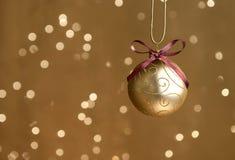 Ενιαία χρυσή σφαίρα Χριστουγέννων με τα φω'τα στοκ φωτογραφία με δικαίωμα ελεύθερης χρήσης