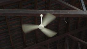 Ενιαίος ανεμιστήρας αέρα στον ανώτατο φυσώντας αέρα απόθεμα βίντεο