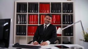 Ενιαίος επιχειρηματίας που χτυπά στο σύγχρονο γραφείο απόθεμα βίντεο