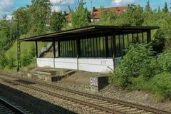 Ενιαίος και πολλαπλάσιος σιδηρόδρομος διαδρομών διαδρομής σιδηροδρόμων και σταθμών που περιμένει το τραίνο στοκ εικόνα με δικαίωμα ελεύθερης χρήσης