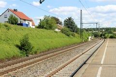Ενιαίος και πολλαπλάσιος σιδηρόδρομος διαδρομών διαδρομής σιδηροδρόμων και σταθμών που περιμένει το τραίνο στοκ φωτογραφία με δικαίωμα ελεύθερης χρήσης