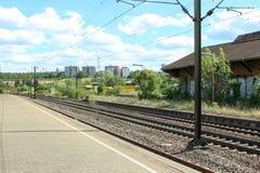 Ενιαίος και πολλαπλάσιος σιδηρόδρομος διαδρομών διαδρομής σιδηροδρόμων και σταθμών που περιμένει το τραίνο στοκ φωτογραφία