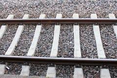 Ενιαίος και πολλαπλάσιος σιδηρόδρομος διαδρομών διαδρομής σιδηροδρόμων και σταθμών που περιμένει το τραίνο στοκ εικόνα