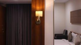 Ενιαίος λαμπτήρας νύχτας που ντύνει πλησίον τον πίνακα Στοκ Εικόνα
