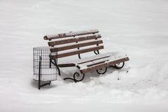 Ενιαίος πάγκος που καλύπτεται με το χιόνι στο χειμερινό πάρκο Στοκ φωτογραφίες με δικαίωμα ελεύθερης χρήσης
