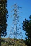 Ενιαίος πύργος μετάδοσης ηλεκτρικής ενέργειας σε έναν λόφο. Στοκ φωτογραφία με δικαίωμα ελεύθερης χρήσης