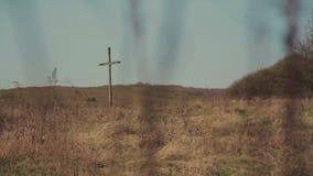 Ενιαίος σταυρός στον τομέα χλόης απόθεμα βίντεο