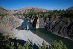 Ενιαίος στυλοβάτης πετρών στην κοίτη ποταμού Στοκ Εικόνα