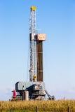 Ενιαίος φορτωτήρας πετρελαίου στον τομέα σίτου στοκ εικόνα