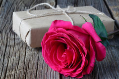 Ενιαίος φρέσκος ρόδινος αυξήθηκε συμβολικός της αγάπης και του ειδυλλίου σε έναν αγροτικό ξύλινο πίνακα για έναν αγαπημένο την ημ στοκ εικόνα