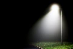 Ενιαίος φωτεινός σηματοδότης στο σκοτάδι Στοκ Εικόνες