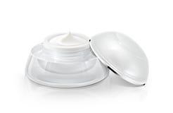 Ενιαίο άσπρο στρογγυλευμένο καλλυντικό βάζο Στοκ φωτογραφία με δικαίωμα ελεύθερης χρήσης