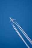 Ενιαίο αεριωθούμενο αεροπλάνο με τις ορατές γραμμές καπνού Στοκ Φωτογραφία