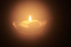 Ενιαίο ελαφρύ κερί τσαγιού στο σκοτάδι Στοκ Φωτογραφίες