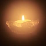 Ενιαίο ελαφρύ κερί τσαγιού στο σκοτάδι Στοκ Εικόνες