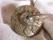 Ενιαίο θιβετιανό κύμβαλο Tingsha που παρουσιάζει λεπτομέρειες των σημαδιών στοκ φωτογραφίες με δικαίωμα ελεύθερης χρήσης