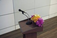 Ενιαίο μικρόφωνο με τη στάση για την αίθουσα σεμιναρίου ή συνεδριάσεων Στοκ φωτογραφία με δικαίωμα ελεύθερης χρήσης