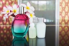 Ενιαίο μπουκάλι του γλυκού ευώδους αρώματος με την ομάδα της μίνι SPA β Στοκ Φωτογραφία