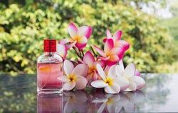 Ενιαίο μπουκάλι του γλυκού ρόδινου ευώδους αρώματος που διακοσμείται με το ροζ Στοκ φωτογραφία με δικαίωμα ελεύθερης χρήσης