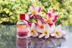 Ενιαίο μπουκάλι του γλυκού ρόδινου ευώδους αρώματος στο ρόδινο λουλούδι και Στοκ φωτογραφία με δικαίωμα ελεύθερης χρήσης