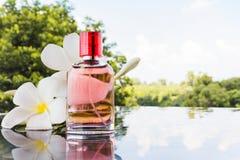 Ενιαίο μπουκάλι του γλυκού ρόδινου ευώδους αρώματος Στοκ εικόνες με δικαίωμα ελεύθερης χρήσης