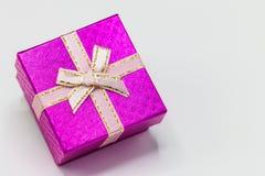 Ενιαίο ρόδινο κιβώτιο δώρων με την ασημένια κορδέλλα στο άσπρο υπόβαθρο στοκ εικόνες
