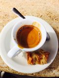 Ενιαίο φλυτζάνι καφέ στον πίνακα Στοκ Εικόνα