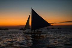 Ενιαίο sailboat στο όμορφο ηλιοβασίλεμα στοκ φωτογραφίες