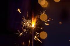 Ενιαίο sparkler που καίγεται στη νύχτα Στοκ εικόνα με δικαίωμα ελεύθερης χρήσης