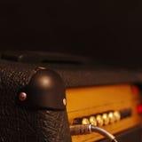 Ενισχυτής για την ηλεκτρική κιθάρα με το γρύλο εισαγωγής στο μαύρο υπόβαθρο Στοκ φωτογραφία με δικαίωμα ελεύθερης χρήσης