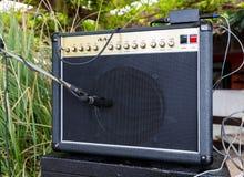 Ενισχυτής κιθάρων με τα μικρόφωνα Στοκ φωτογραφία με δικαίωμα ελεύθερης χρήσης