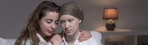 Ενισχυτική γυναίκα καρκίνου φίλων στοκ εικόνες