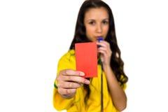 Ενισχυτική γυναίκα που παρουσιάζει κόκκινη κάρτα Στοκ φωτογραφία με δικαίωμα ελεύθερης χρήσης
