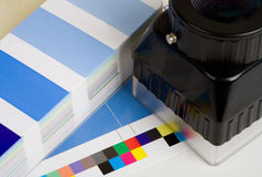 Ενισχύοντας βρόχος με ένα φύλλο Τύπου και swatch χρώματος βιβλίο ως υπόβαθρο Στοκ φωτογραφία με δικαίωμα ελεύθερης χρήσης