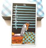 9 εννέα από ξιφών Tarot καρτών τους βαθιούς αρρώστους άγχους στεναχώριας λυπημένους διανοητικούς με τα φορτία ανησυχιών πίεσης αν στοκ εικόνες