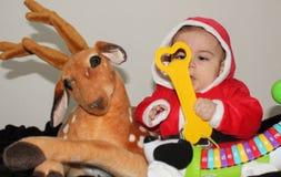 Εννέα μηνών αγοράκι στο κοστούμι Άγιου Βασίλη με αγαπητό και τα παιχνίδια στοκ φωτογραφία με δικαίωμα ελεύθερης χρήσης