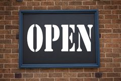 Εννοιολογική έμπνευση τίτλων κειμένων γραψίματος χεριών που παρουσιάζει ανακοίνωση ανοικτή Έννοια για το κατάστημα που ανοίγει πο Στοκ εικόνες με δικαίωμα ελεύθερης χρήσης