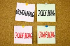 Εννοιολογική έμπνευση τίτλων κειμένων γραψίματος χεριών που παρουσιάζει επιχειρησιακή έννοια Crowdfunding για τη χρηματοδότηση πρ απεικόνιση αποθεμάτων