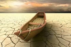Εννοιολογική αντιπροσώπευση μιας ξηρασίας με μια βάρκα σε μια ξηρά λίμνη ελεύθερη απεικόνιση δικαιώματος