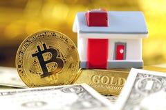 Εννοιολογική εικόνα για τους επενδυτές στις νέες εικονικές πιστώσεις cryptocurrency, τη χρυσά, ακίνητα περιουσία και δολάρια Στοκ Εικόνες
