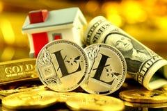 Εννοιολογική εικόνα για τους επενδυτές στις νέες εικονικές πιστώσεις cryptocurrency, τη χρυσά, ακίνητα περιουσία και δολάρια Στοκ Φωτογραφία
